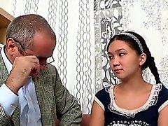 Söta tjej köper ett vilt att borra av horn gamla lärare