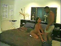 Nuori musta poikasen saa hänen märkä pussy nuolaisi harrastaja kaveri