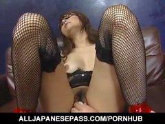 Karen Miyajima est bien baisée dans la bouche et entre les lèvres velues