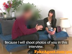 FakeAgent Sexy korppi tukkainen chick keskittää agent cum pitkälle