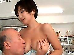 Asiatisch MILF wird die Titten eingesaugt Teil 6