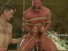 Masters cl kullanırken bir gey güçlü göğüs kalın bir iple bağlanmış olduğu