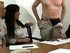 CFNM tirando le donne d'affari amorose godono sessione di sega gay