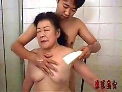 Abuelita japonés disfrutando del sexo