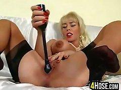 Bir sarışın Kaltak Masturbating
