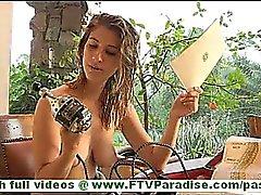 Karina coquine blonde de moule de toying nus d'étranges vibrateur
