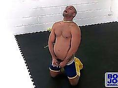 Léo utilise son corde bondage depuis un certain l'asphyxie auto-érotique