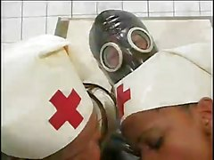 Infirmières Ebony Montez enchaîné de Guy Gas Mask
