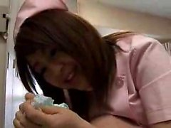 Luscious Oriental infirmière expose ses jolis gros seins et ti
