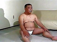 Cara asiática madura recebe surra