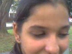 Indiase chick zuigt pik buitenshuis