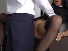 Creampie anale per segretaria sexy, capo scopata la sua figa stretta e culo!