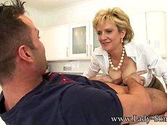 Lady Sonia masturbe Jeune Stud de cuisine sur
