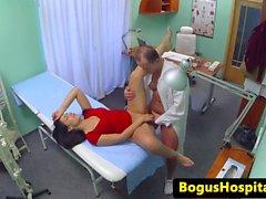 Bogus médecin baise infirmière et le patient