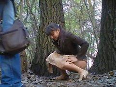 Russische Mädchen pinkeln im Hochzeitspark 02