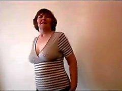 Abuela melenudo atractiva en mini falda