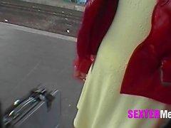MILF am Bahnhof heimlich gefilmt