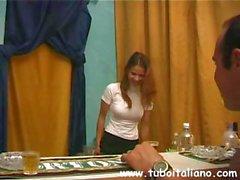 Горячая брюнетка Итальянский женой дует его, а затем попадает киске лизнул