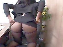 Osa Lovely se fait masturber dans sa chaise patronale ...