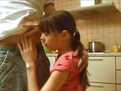 Mijn kleine titted meisje geneukt in keuken