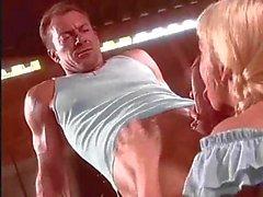Blondine Lyres battue dans une remise