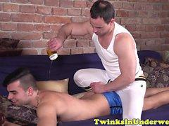 Twink Amador assfingered enquanto masturbando