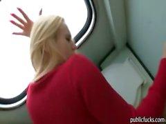 Grande tetas blonde estilo perrito golpeado en el retrete del tren