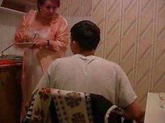 Бабуля получает выебанная в кухней