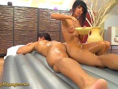 Massaggio scivoloso nuru con Gina Devine