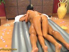 masaje Nuru resbaladiza con Gina Devine
