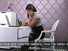 L'agent femelle avec le d'un appareil photo baiser une mec