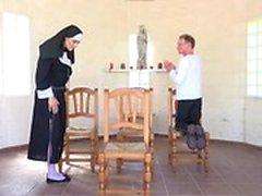 Farfar knullar med en barn nunnan av ett kapell som