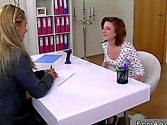 Agent femelle fout qu'amateur avec un godemichet gode ceinture
