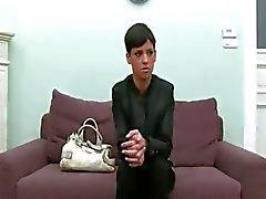 Esmer kız eski kanepede poz