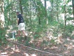 Sexigt brud tillgodoser gammala Dude i skogen ...