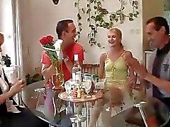 Henne födelsedag slutar med att familje threesome