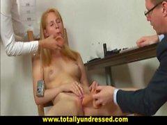Embarassing il colloquio di lavoro un nudo per timida diciannove y.o. bambina bionda