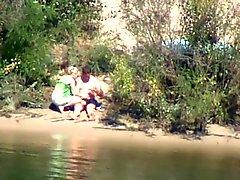 blyg och kåt tjej rider kuk på floden