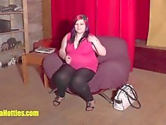 18jährige Fettsäuren zeigt ihren pummeligen Körper im GUSS