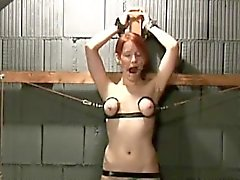 Masochiste des jolie rouquine se tient brutales tortures des seins