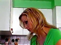 Bonito mamãe e menino na cozinha
