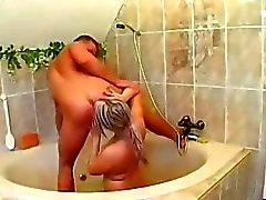 Stud Horny reprend lui trou du cul filthy martelé dans la douche.