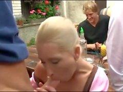 Deutsch Thema Trinken Anbietern geht in Orgie im Dirndl