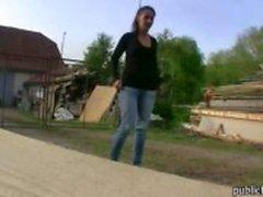 Menina inocente Checa convencido a montar um galo depois de dar à cabeça