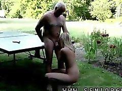 Gubben suges av genom på en blondin slampa