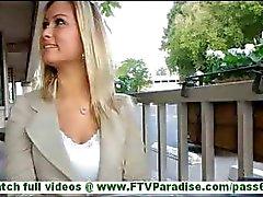 Sierra otroligt sexig blondin blinkande bröst och trosor och blinkande fitta och tar trosorna utomhus