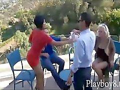 Fyra swingers i en varm foursome orgie där de byter partner