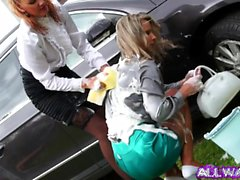 Euro brudar bli smutsiga medan tvätta bilen