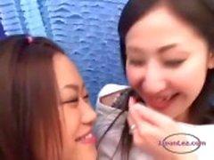 Aasian Tyttö Kissing Getting hänen tissit ja pillua hierotaan Nännit imiCouch