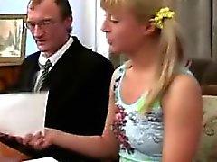 Garota loira deslumbrante visita sua antigo professor com obter um A